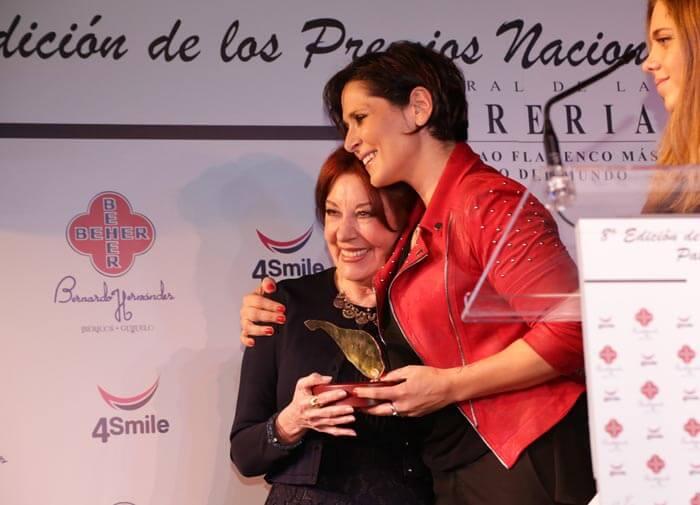 La cantante Rosa López, con Blanca del Rey